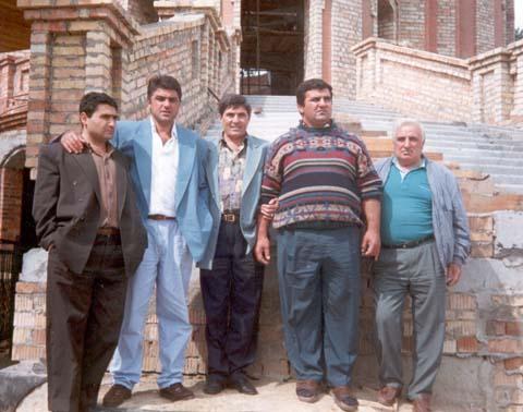 Виктор Авдышев (на фото – второй справа) на ступеньках церковной новостройки